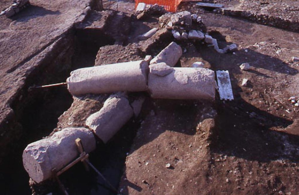 Due colonne in crollo al momento del rinvenimento durante gli scavi 1998-2000