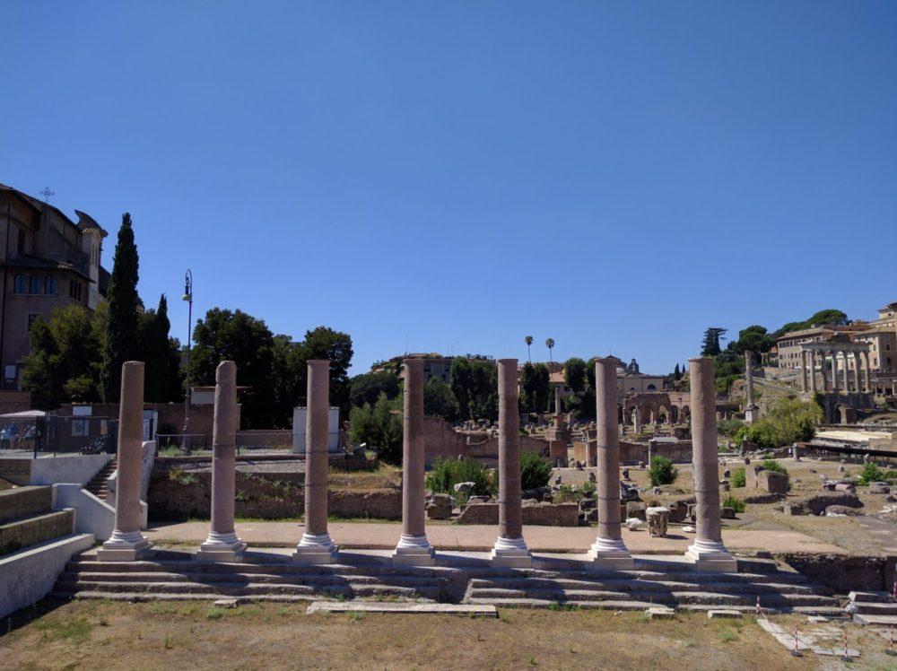 Le sette colonne del portico occidentale ricostruite