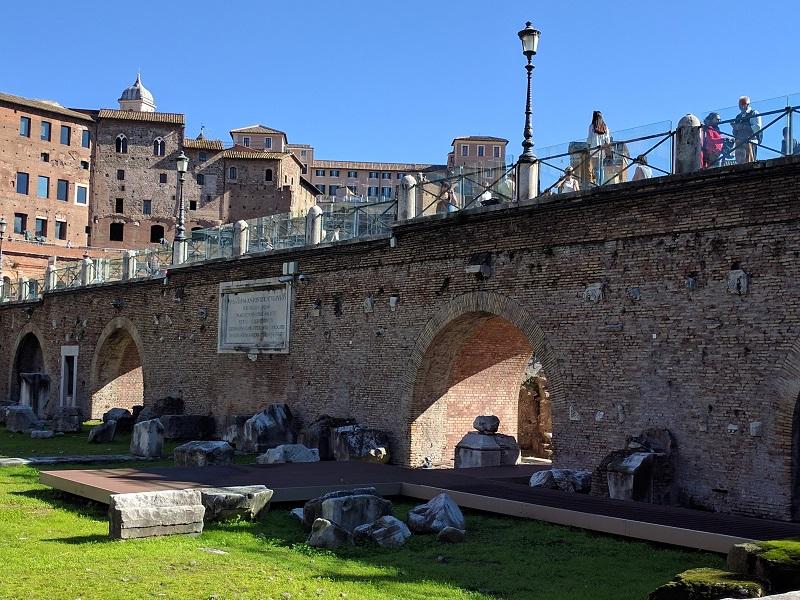 Muro della sistemazione ottocentesca dell'area della Basilica Ulpia e del Foro di Traiano, con l'iscrizione che ricorda i lavori di Pio VII