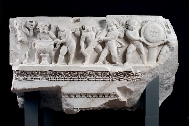 Fregio con Amorini, dalla cella del Tempio di Venere Genitrice, II sec. d.C. (Museo dei Fori Imperiali)
